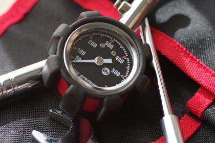 タイヤのエアゲージ(空気圧点検)