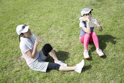 運動中に水分補給する親子