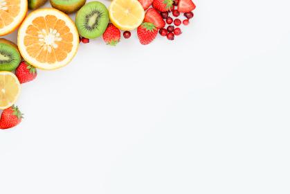 カットフルーツで装飾された白い背景