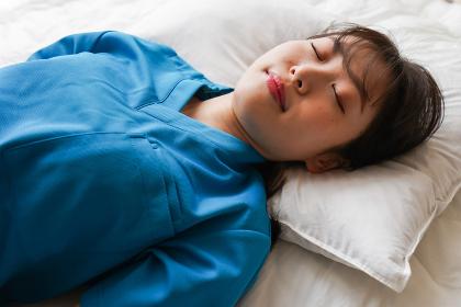仮眠を取る若い看護師