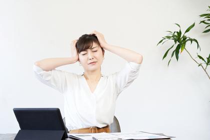 仕事で悩むアジア人ビジネスウーマン