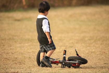 自転車に乗る練習中に転んだ男の子