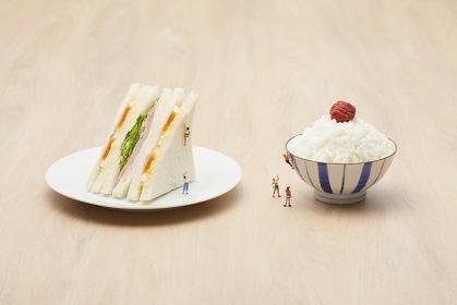 サンドイッチとご飯茶碗に登るフィギュア