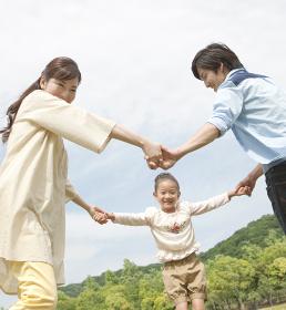 手をつないで遊ぶ家族3人