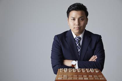 将棋を指す日本人男性