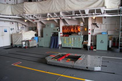 護衛艦「しらね」の格納庫とベアトラップ(2010海自舞鶴基地チビッコヤング大会イベント)