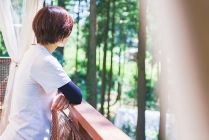 森林浴でストレス解消してリフレッシュ 【アウトドアのイメージ】
