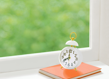 窓辺の時計とスケッチブック
