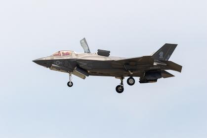 垂直離着陸する米海兵隊のF-35Bライトニング戦闘機(岩国基地・山口)