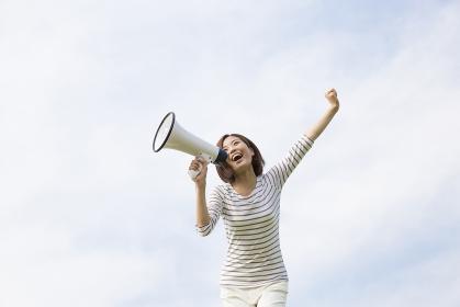 拡声器で叫ぶ女性
