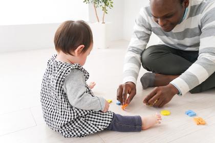 英会話教室でネイティブ講師と勉強をする幼児