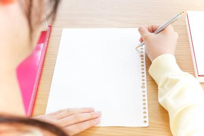 塾で勉強をする女子学生