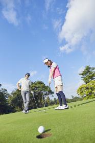ゴルフをするカップル