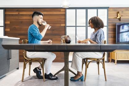 談笑するカップル・夫婦のイメージ写真