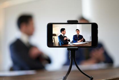 ビジネスの対談動画を撮影するビジネスマン