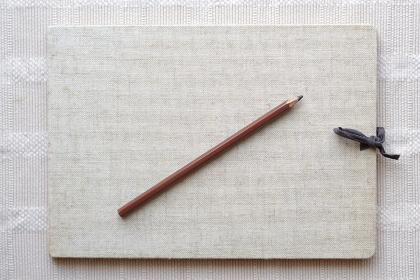 古びたスケッチブックの表紙と鉛筆