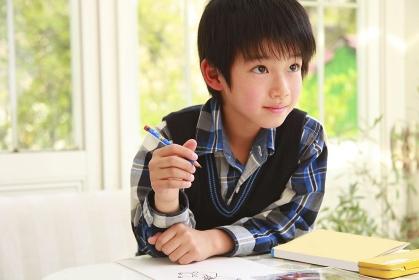 絵を描く男の子
