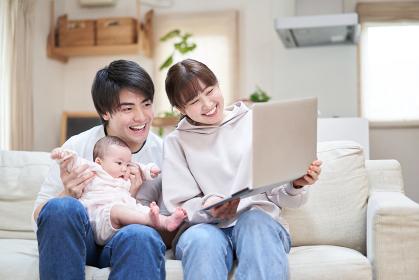 オンラインで親族に赤ちゃんを見せるアジア人ファミリー