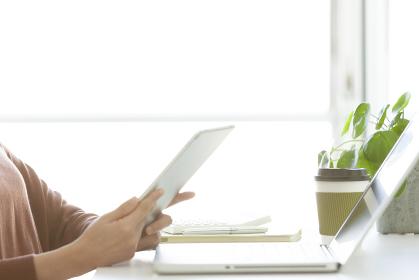 タブレットPCを見ているビジネスウーマンの手元