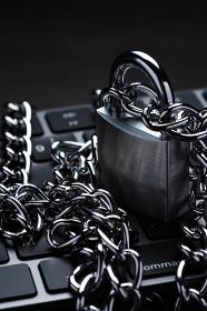 鎖で巻かれたキーボード