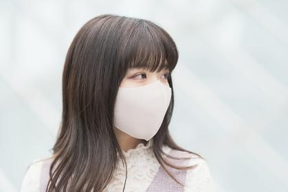 マスク姿の若い女性