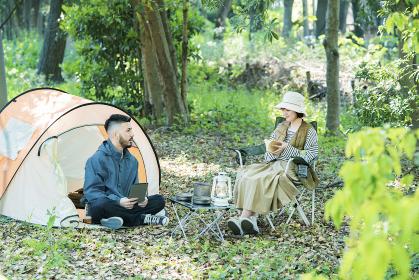 キャンプを楽しむ男女