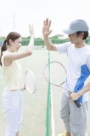 テニスの試合後にハイタッチをする男女