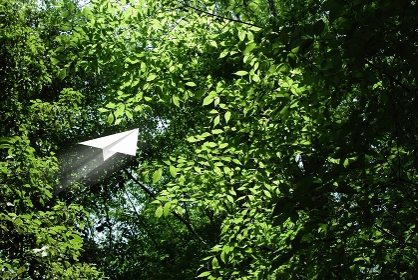 新緑と紙飛行機