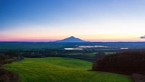 北海道・豊富町 初夏の宮の台展望台からの利尻富士の夕景