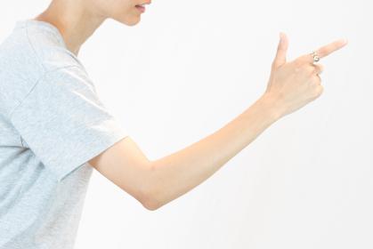 上昇のイメージ(女性・成功・右肩上がり)