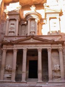ヨルダン・ペトラ遺跡にてバラ色のエルハズネ宝物殿の正面クローズアップ