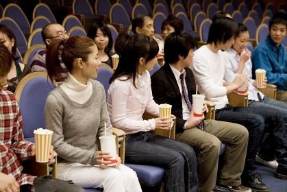 劇場で楽しむ人達