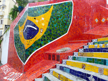 ブラジル・リオデジャネイロの観光名所であるタイル絵のセラロン階段国旗部分