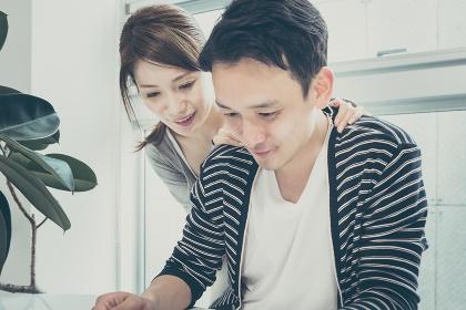 タブレットPCを2人で使う(見る・操作する)夫婦