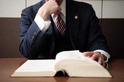 法律で悩む弁護士の手元