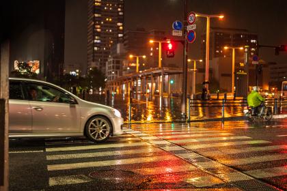 雨の降る夜の横断歩道