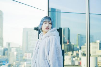 青い髪の若い女性
