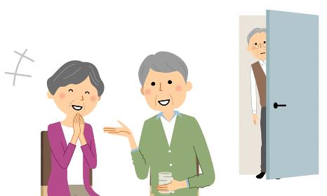 談笑するシニアカップルを覗き見する老人