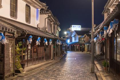 白壁の古い町並みの夜景 柳井市