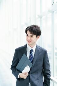 笑顔で通路を歩くビジネスマン