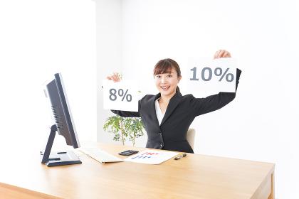 消費税増税の対応をする若いビジネスウーマン