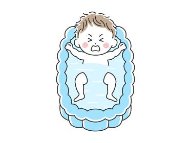 沐浴する不機嫌な赤ちゃんのイラスト