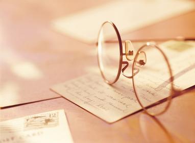 メガネとポストカード