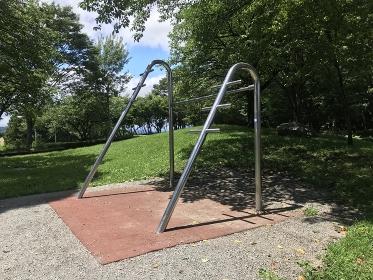 公園にあるストレッチ用遊具、健康遊具