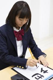 習字をする中学生