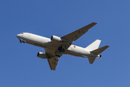航空祭で展示飛行する航空自衛隊の空中給油機(各務原市・岐阜)