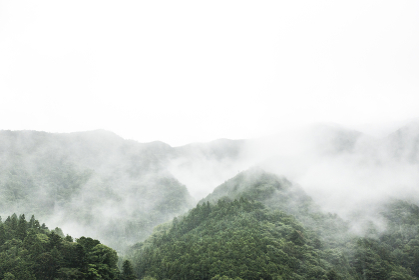 悪天候で雲のかかる山