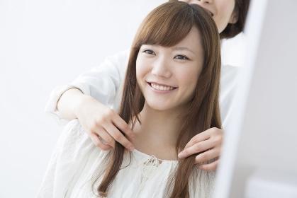 美容室で微笑む女性