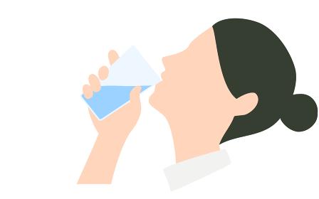 水を飲んでいる女性の横顔