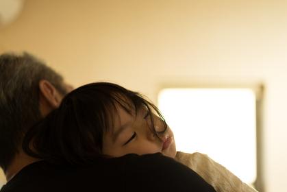 抱っこされて寝る子供